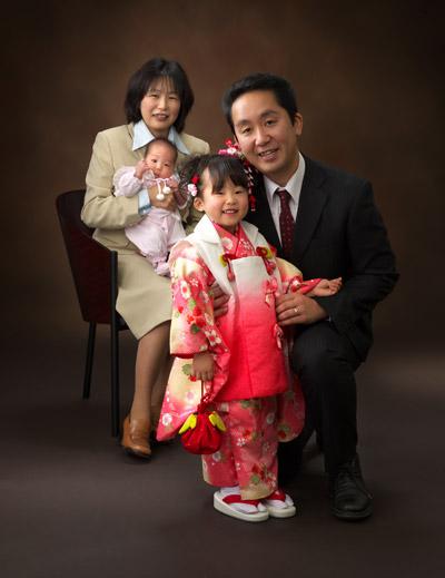 七五三,三歳,女の子,家族写真,パパとくっついて