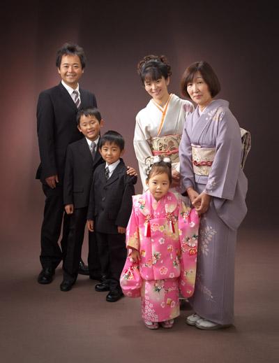 七五三,三歳,女の子,家族写真,両親、兄、祖母と6人で