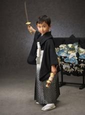 七五三,五歳,男の子,袴,黒,うしろに羽織を飾って