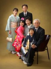 七五三,七歳女児,五歳男児,家族写真,祖父母と孫くっついて