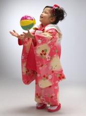七五三,三歳,女の子,着物,ピンク,紙ふうせんで遊びながら