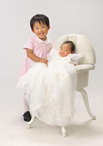 お宮参り,姉弟,お姉ちゃん赤ちゃんに寄り添って