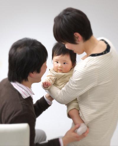 お宮参り,家族写真,セピア調,パパママ赤ちゃんを見つめて