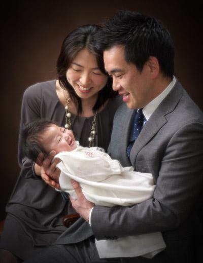 お宮参り,家族写真,パパママ赤ちゃんをあやして