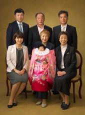 お宮参り,家族,集合写真,おばあちゃん掛着かけて抱っこ