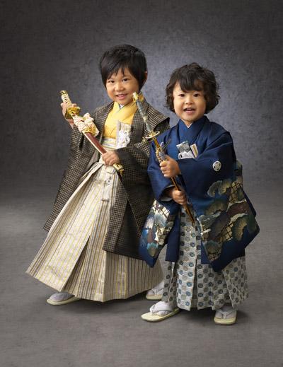 七五三,五歳,三歳,羽織袴,兄弟一緒に剣持ってポーズ