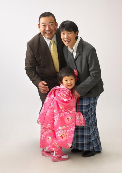 七五三,三歳,女の子,家族写真,親子3人くっついて