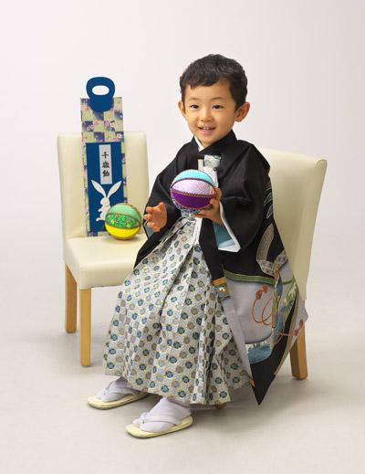 七五三,三歳,男の子,袴,いすに座って