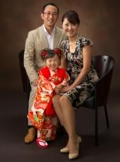 七五三,三歳,女の子,家族写真,親子3人寄り添って