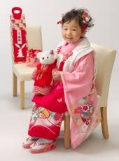七五三,三歳,女の子,着物,ピンク,いすに座って