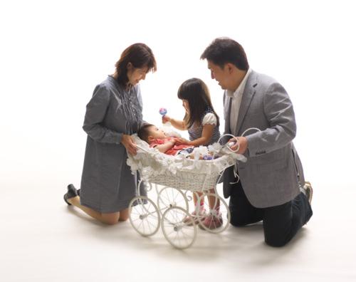 お宮参り,家族写真,みんなで赤ちゃんをのぞきこんで