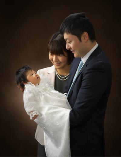 お宮参り,家族写真,親子3人,パパママが赤ちゃんをあやして