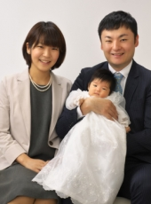 お宮参り,家族写真,親子3人,パパが赤ちゃんを抱っこして