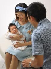 お宮参り,家族写真,パパママ赤ちゃんを見つめて